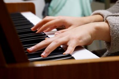 Beginner piano player taking a free trial online piano lesson at home